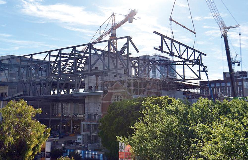 建築物の上へ鉄橋を組み立て工事いく。